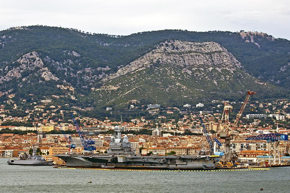 Schwimmende Stadt vor der Stadt...Flugzeugträger Charles de Gaulle im Hafen von Toulon