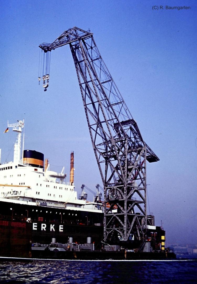 Schwimmkran Hamburger Hafen bei einem Frachter im Dock der Howaldtswerke