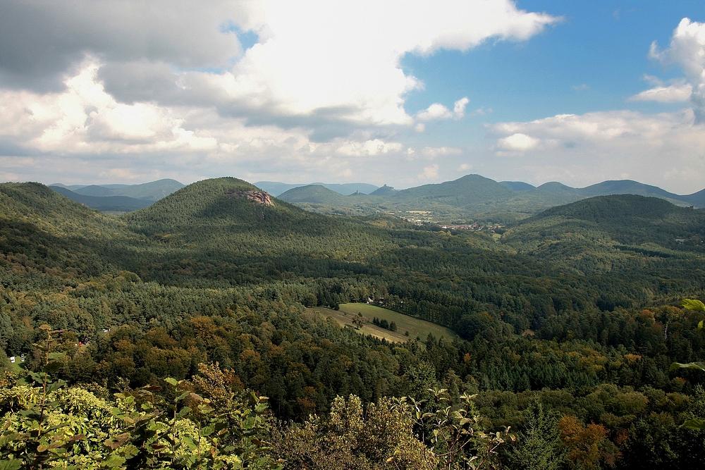 Schwindelerregende Aussichtskanzel über dem Erlenbachtal, man...