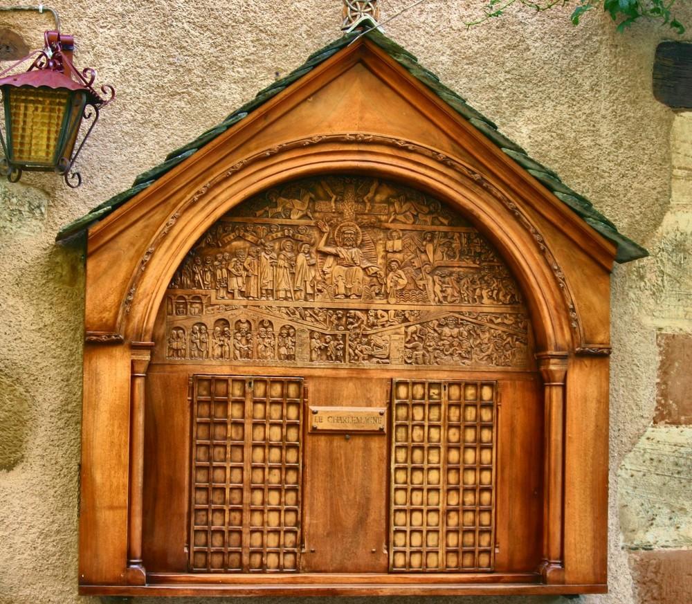sculpture sur bois representant le tympan de la basilique de Conques Aveyron