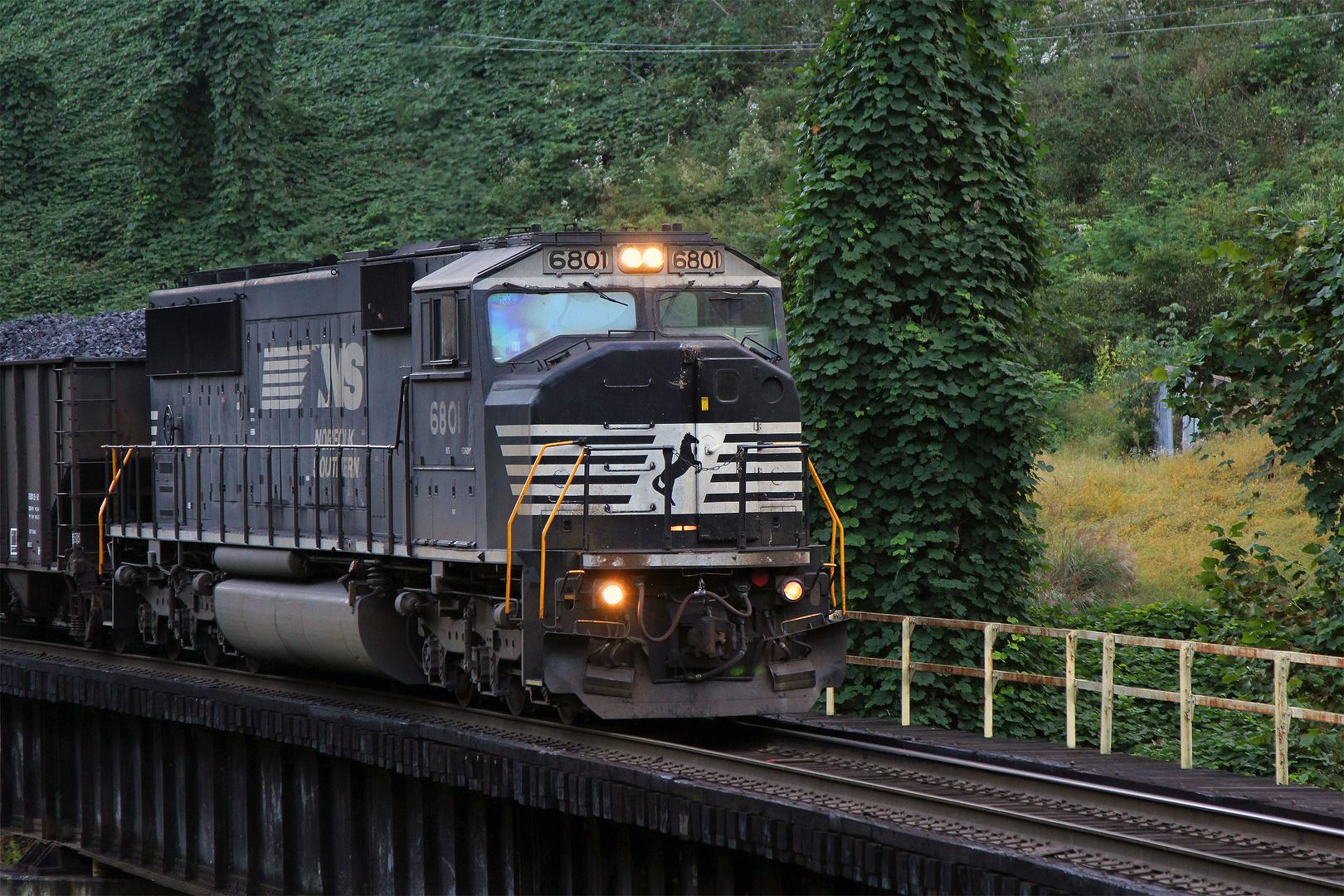 SD60M NS#6801 zieht einen Zug in den Yard von Weller, Kentucky, USA 2013