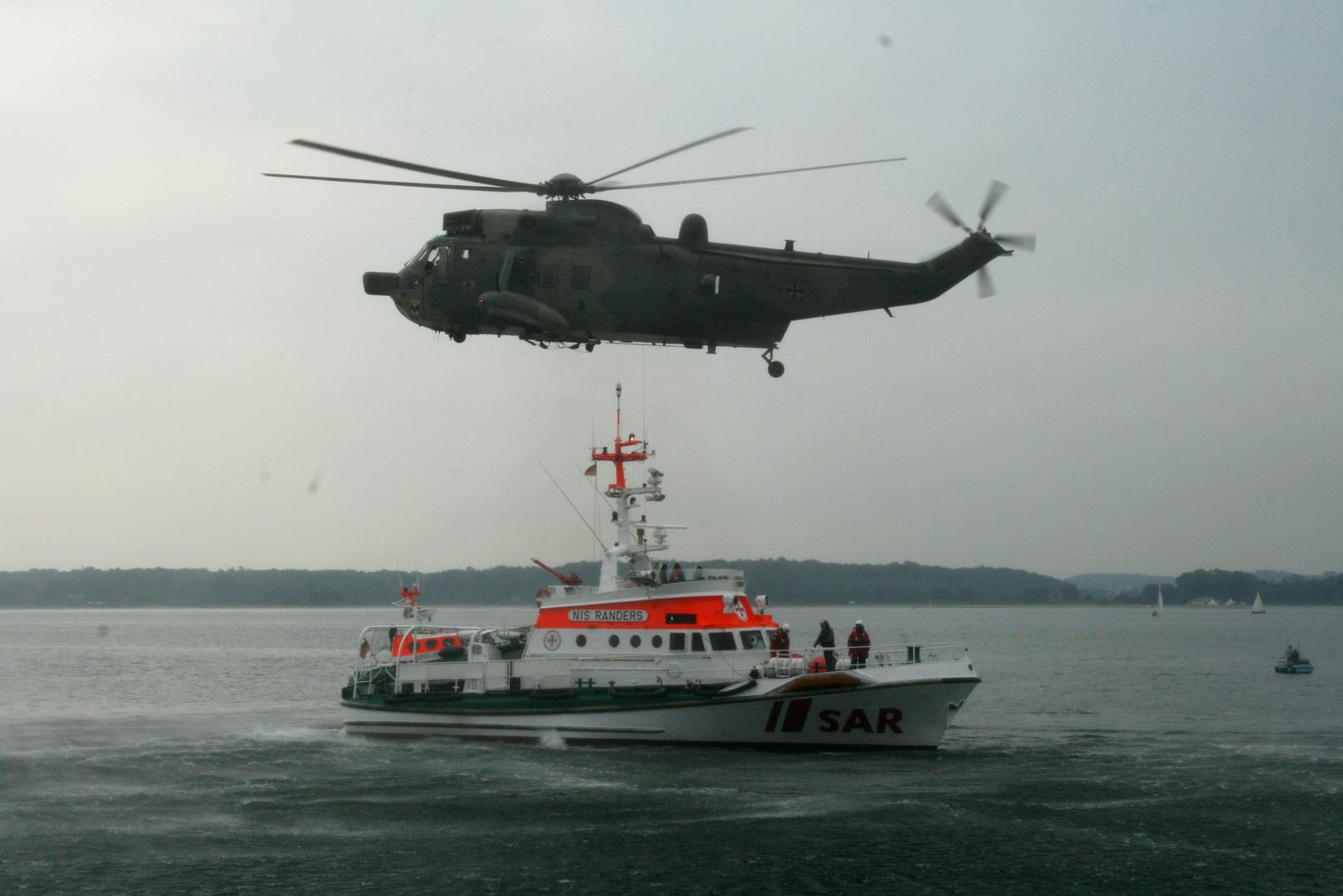 Seaking MK41 mit einem Seenotrettungskreuzer der DGZRS