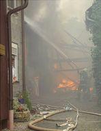 Sechs Gebäude in Flammen