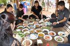 Sechs ThailänderInnen vor gut 20 Tellern, ein ganz normales Zahlenverhältnis