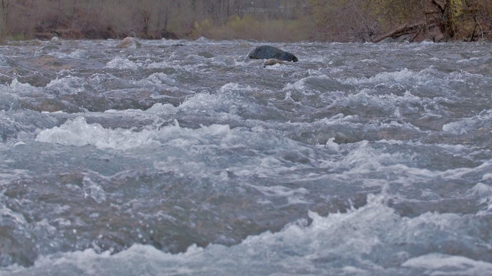 Seduto sulle pietre del torrente...