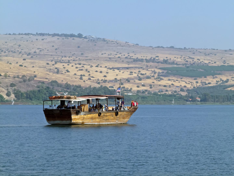 See Genezareth mit einem Bootsnachbau wie er zur Zeit Jesu üblich war