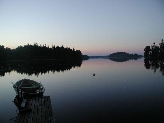 See in Schweden bei Abenddämmerung