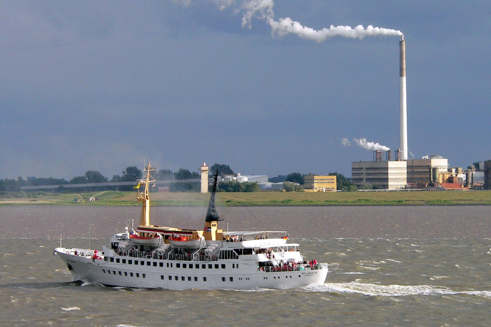 Seebäderschiff ATLANTIS auf der Weser vor Blexen