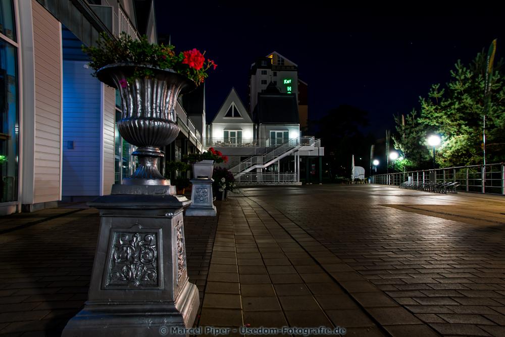 Seebrücke Heringsdorf mit Blick auf das Kur Hotel bei Nacht