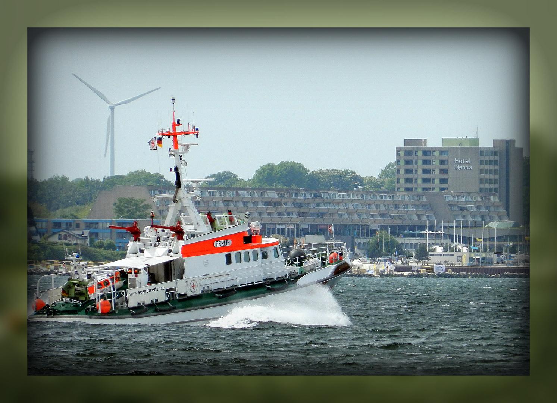 """Seenotkreuzer """"Berlin"""" im Rettungseinsatz auf der Ostsee vor dem Olympiazentrum Kiel-Schilksee"""