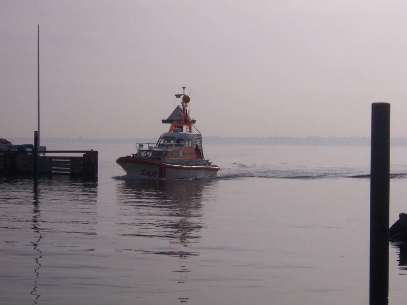 Seenotrettungsboot läuft in den Hafen