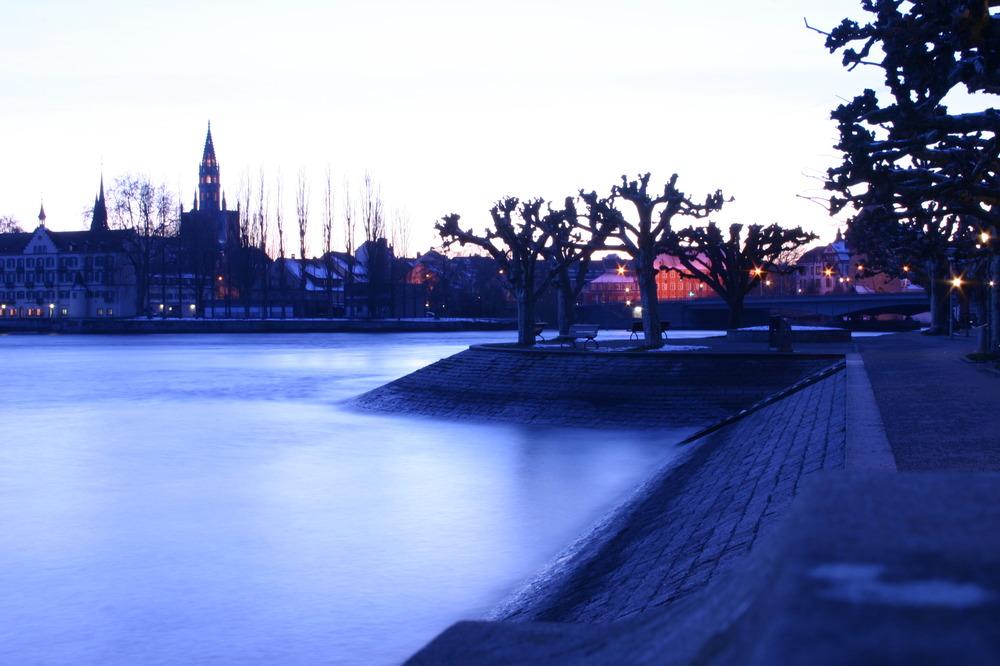 Seestraße in der Winterabenddämmerung