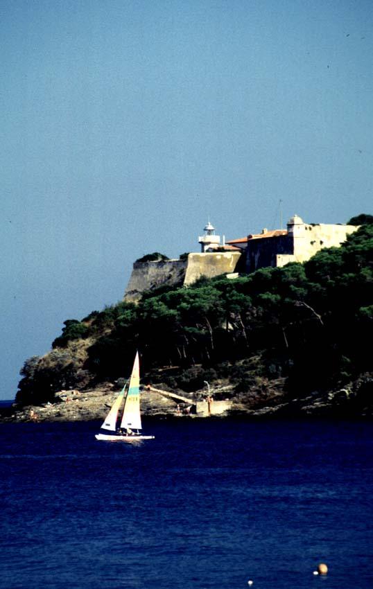 Segelboot vor dem Fort Focardo