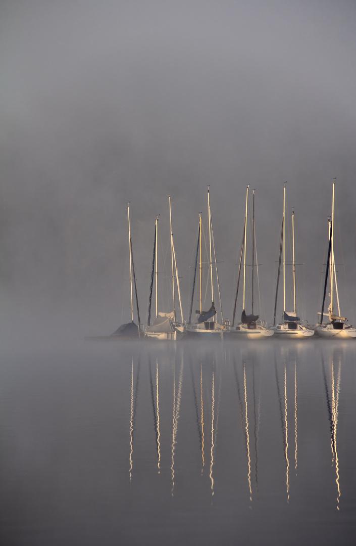 Segelboote im Nebel