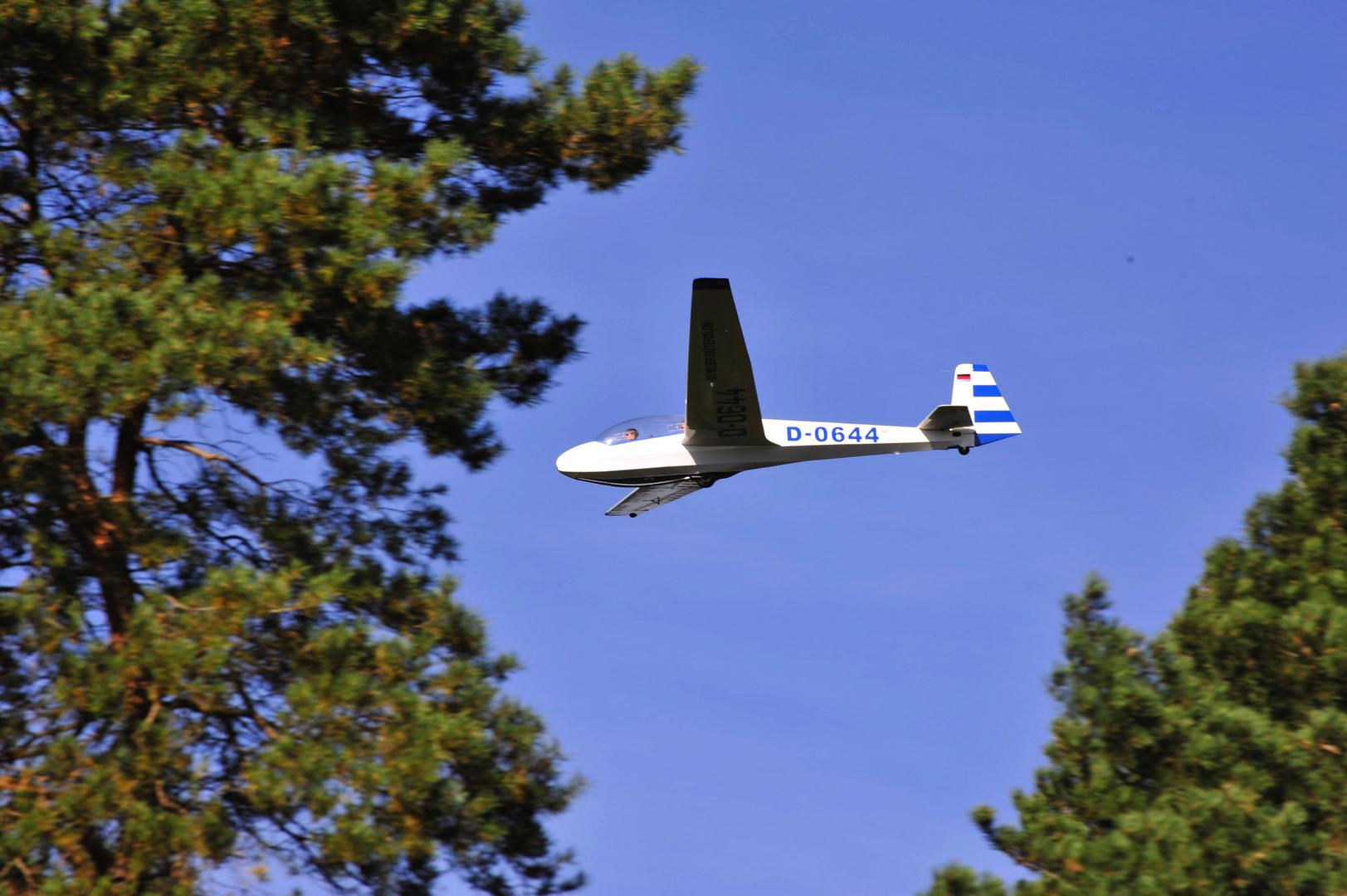 Segelflieger D-0644 im Landeanflug .