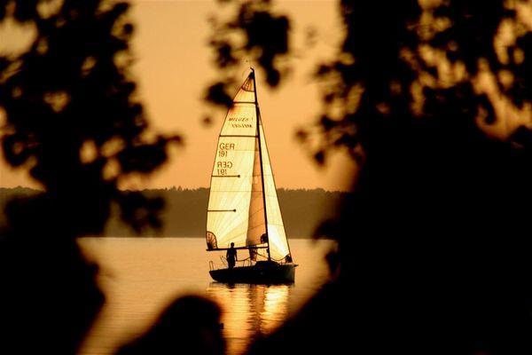 Segeln in den Sonnenuntergang am Chimsee
