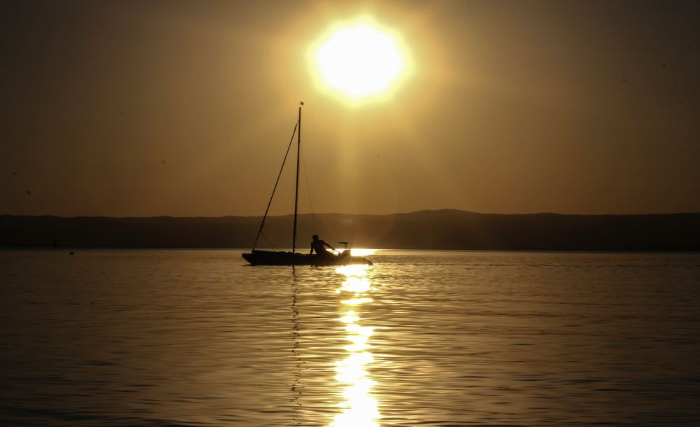 Segeln sonnenuntergang  Segeln in den Sonnenuntergang Foto & Bild | sport, sonnenuntergang ...