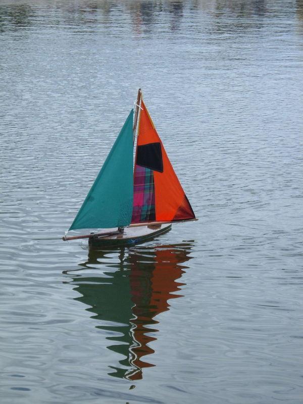 Segelschif in einem Teich