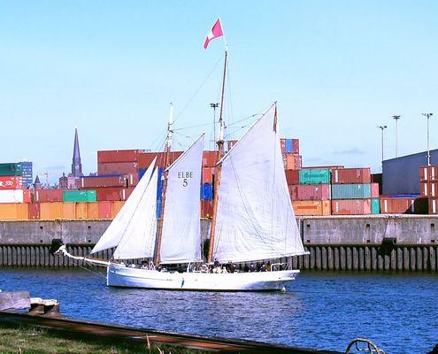 Segelschiff im modernen Hafen