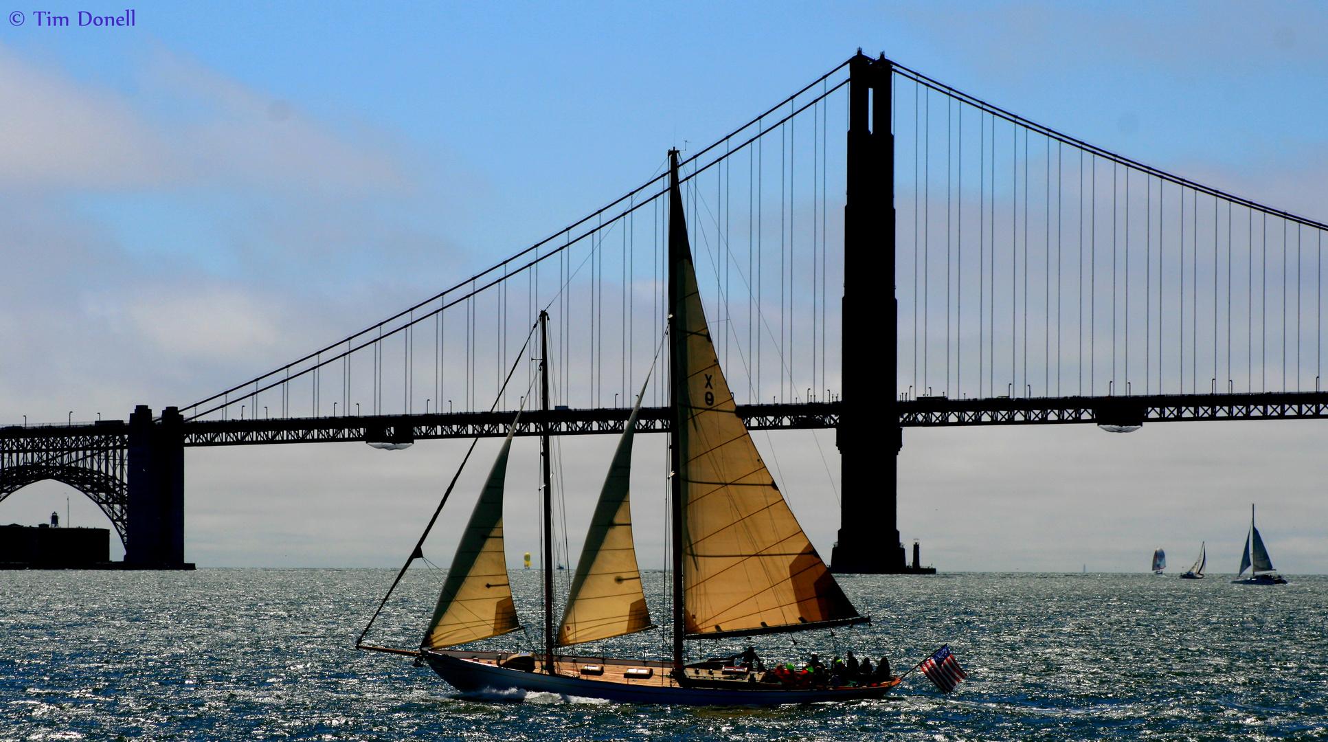 Segelschiff vor der Golden Gate Bridge