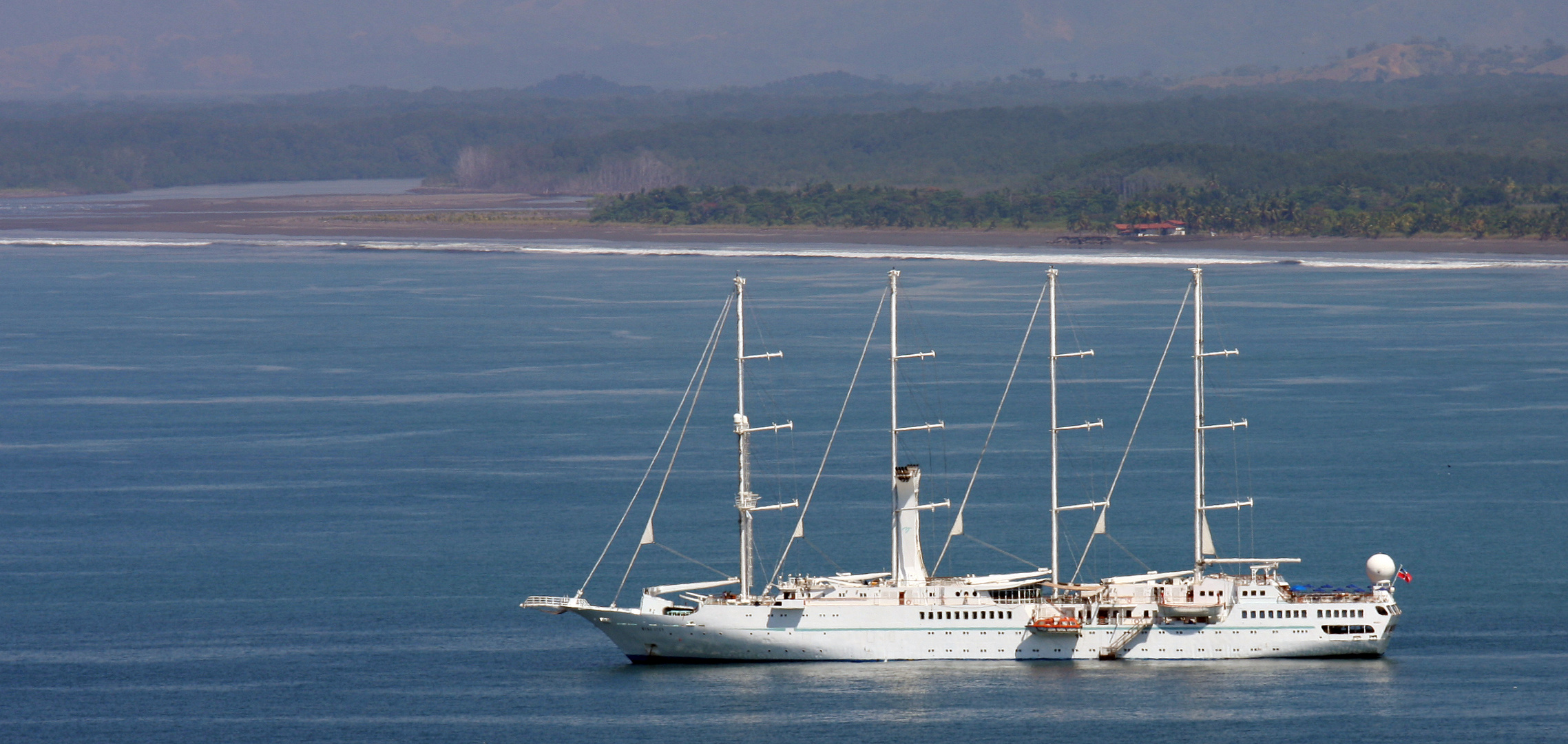 """Segelschiff """"Wind Spirit"""" in der Bucht vor Quepos, Costa Rica"""
