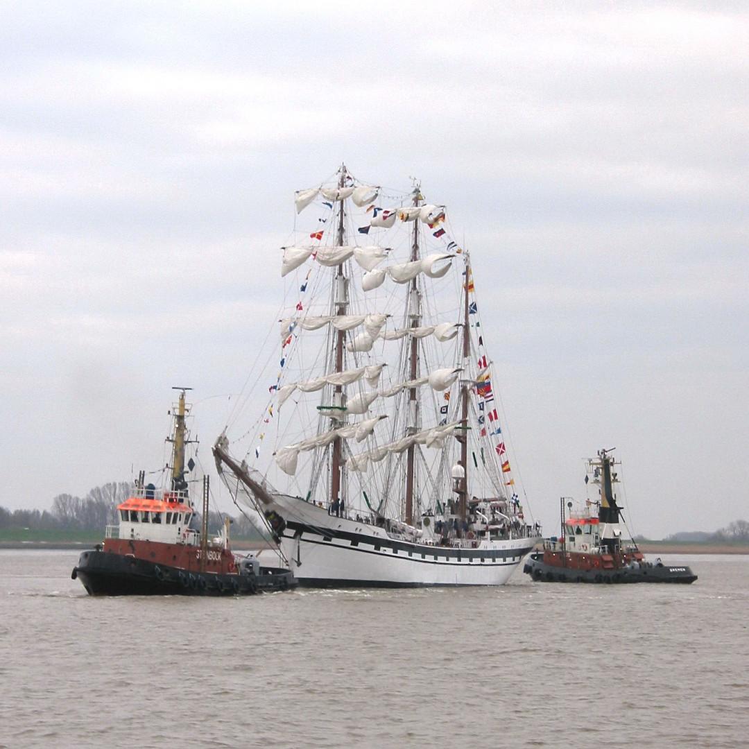 Segelschulschiff SIMON BOLIVAR der Venezuelanischen Marine über die Toppen geflaggt