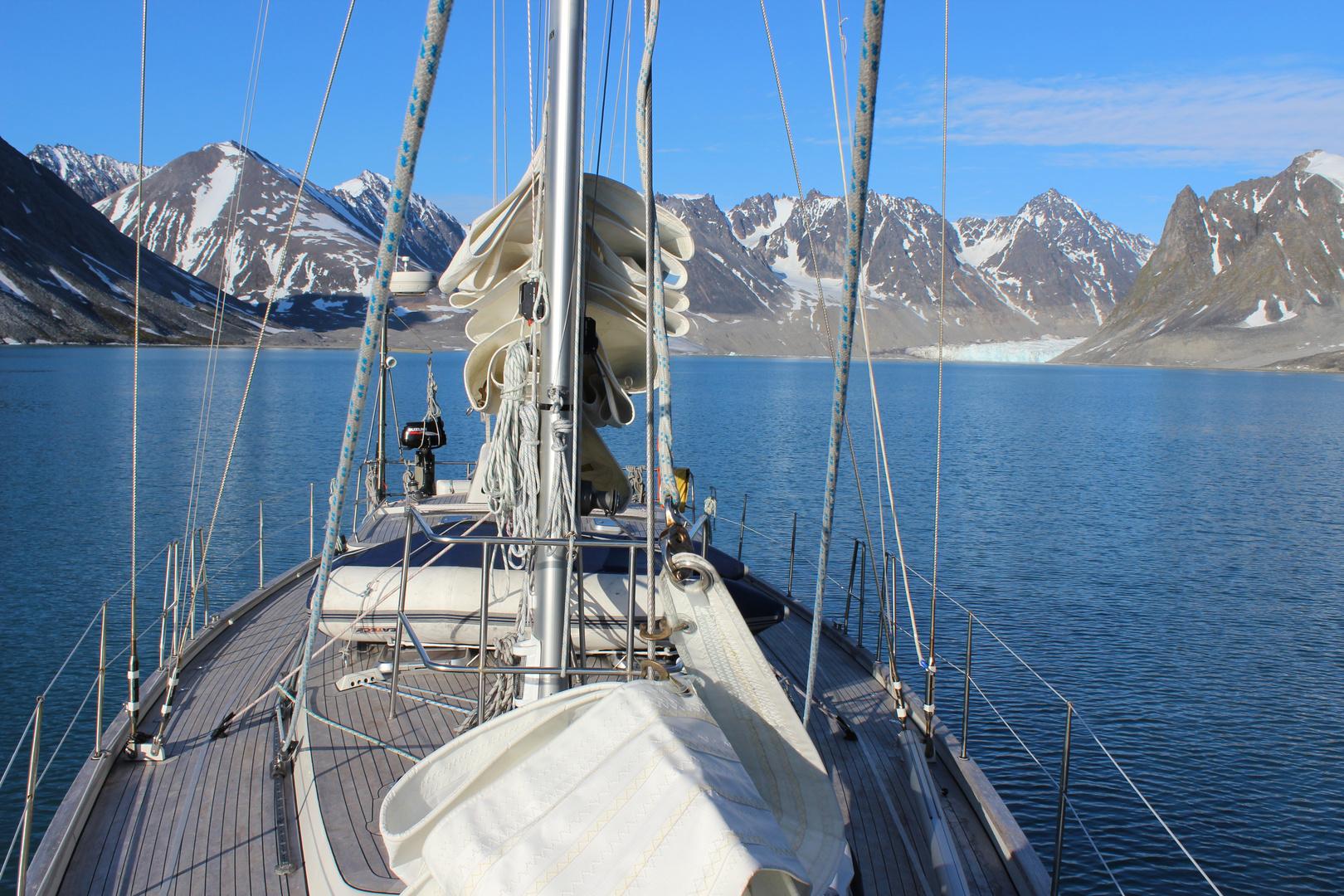 Segelyacht im Magdalenenfjord auf Spitzbergen