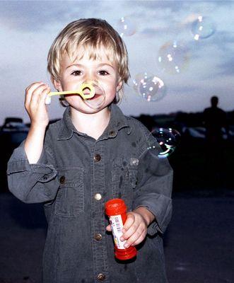 Seifenblasen Versuche eines Kleinkindes