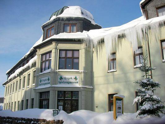 Seiffener Spielzeugmuseum mit riesigen Eiszapfen...