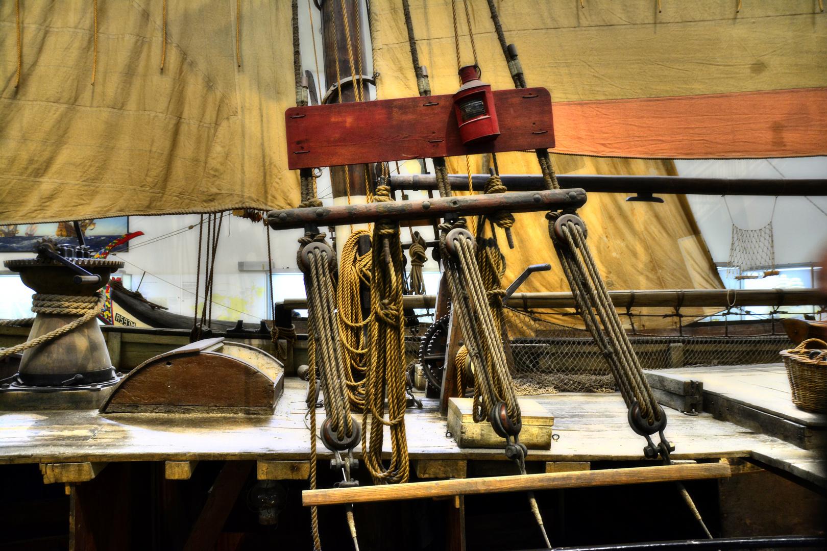 Seilwerk eines Fischer-Ewers (Backbord)