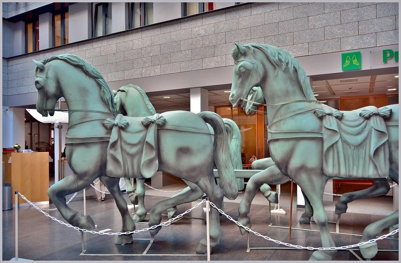 Seitenansicht der Pferde