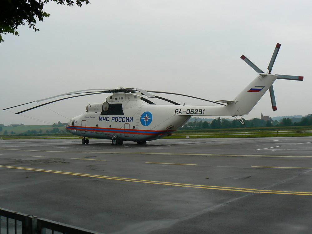 Seitenansicht des großen Hubschraubers