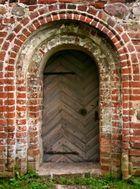 Seiteneingang einer alten Dorfkirche....