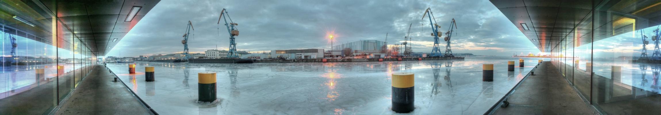 Seitengang des Technologie- und Forschungszentrums in Wismar am Abend