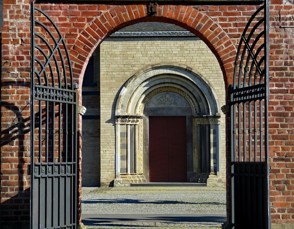 Seitenportal der Basilika Knechtsteden