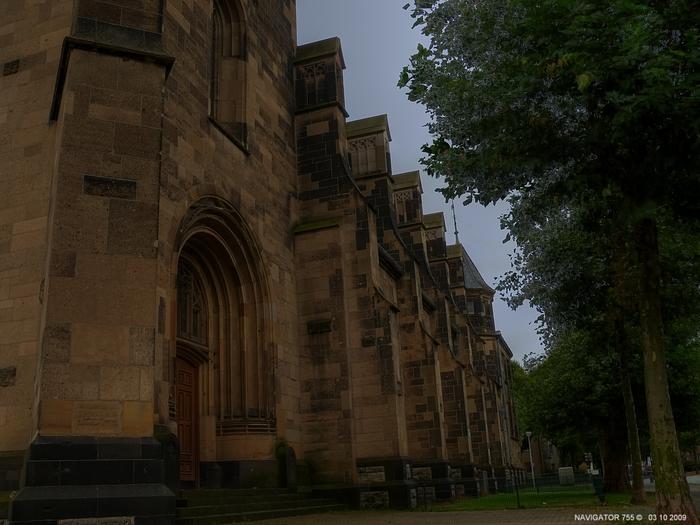 Seitenportal der St. Elisabeth Kirche in Krefeld / HDR