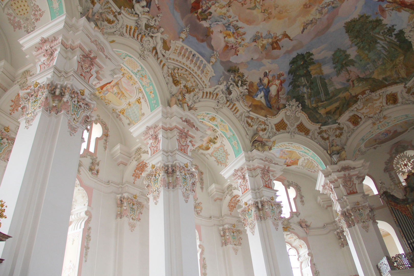 Seitenschiff der schönsten Dorfkirche der Welt in Steinhausen