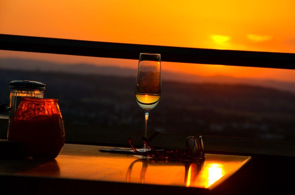 Sektglas in der Abendsonne