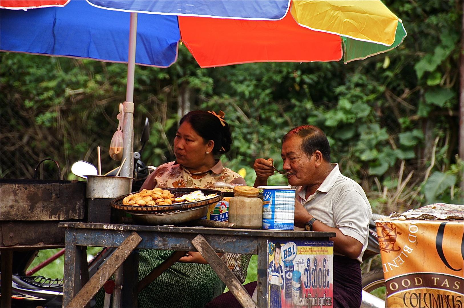 selbst die beste kundschaft :-) , kalaw, burma 2011