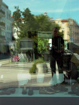 selbstbildnis im schaufenster