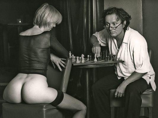 Selbstporträt mit einer Bekannten beim Schach Spielen