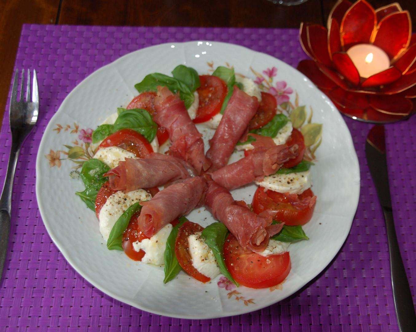 Selfmade tomatoe-, mozarella-. basilic- and hamsalad