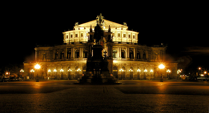 Semper Oper bei Nacht