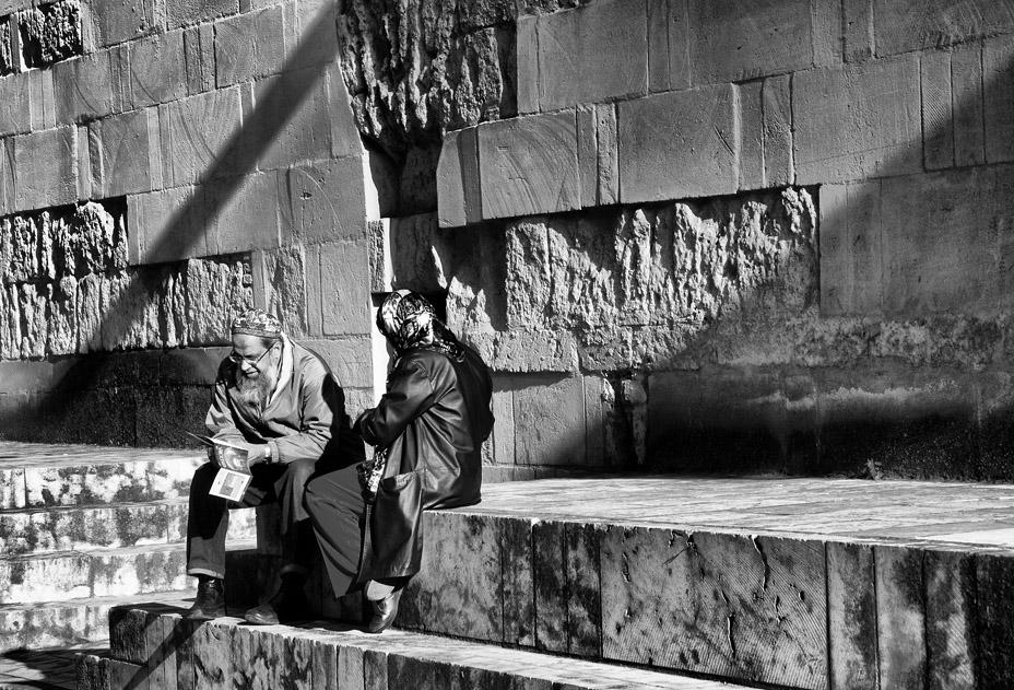 Sentados en la Mezquita de Córdoba