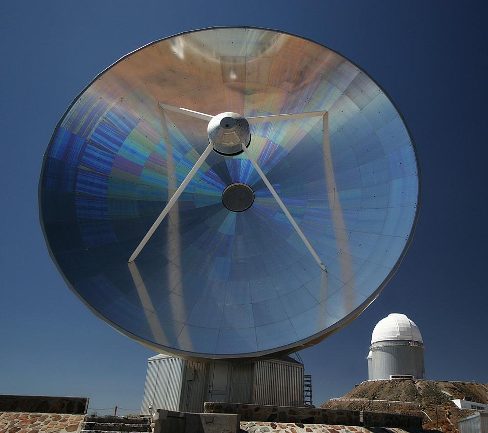 SEST 15m Radioteleskop und Kuppel des optischen ESO 3.6m Teleskops
