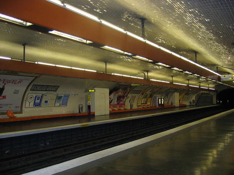 Seule dans le métro