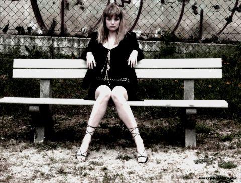 seule sur un banc