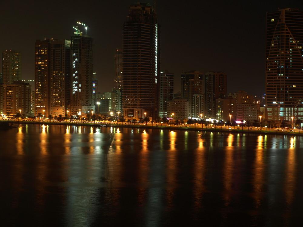 Sharjah bei Nacht