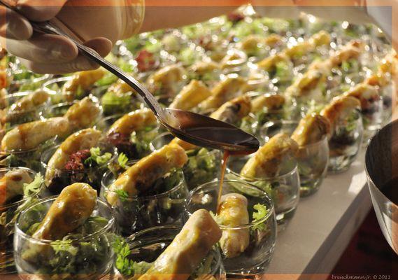 Shiitakepilzstrudel an Blattsalaten und Rotweinjus