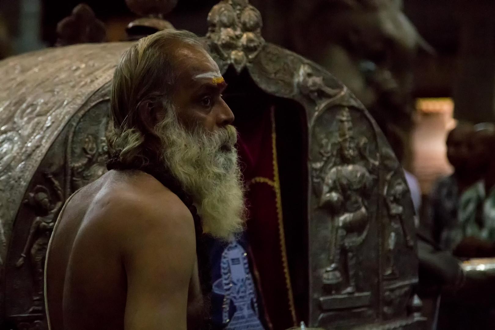 Shiva est transporté tous les soirs vers la chambre de Meenashi pour passer la nuit avec elle.